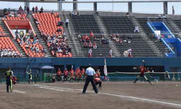 国内トップレベルの熱戦を繰り広げた女子ソフトの日本リーグ1部第1節の試合=20日午後、宮崎市・アイビースタジアム