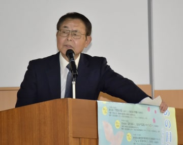 「組織罰を実現する会」の講演会で訴える尼崎JR脱線事故遺族の大森重美さん=20日午後、兵庫県川西市