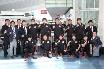 日本チームの先陣を切って中国に向かった男子フリースタイル・チーム=撮影・矢吹建夫