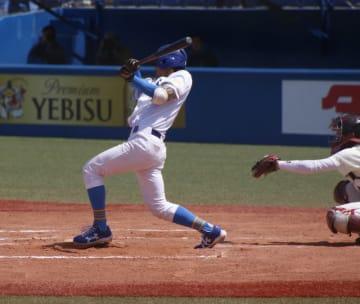 七回、この試合自身2本目の安打となる適時打を放った山下選手(撮影・石井達也)