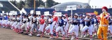 開会式で整列し、堂々と行進する32チーム=上毛新聞敷島