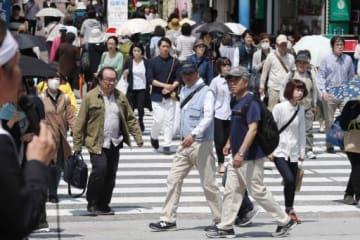 選挙戦の最終日、行き交う市民らに支持を訴える候補者(左)=長崎市、鉄橋