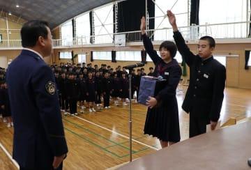 宮下署長(左)に宣誓する中山さん(中央)と吉田さん=有明中