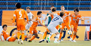 【愛媛FC―福岡】前半、ゴール前へ攻め込まれ、守勢に回る愛媛FCイレブン=ニンスタ