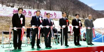 テープカットで開幕を祝う小椋村長(左から3人目)ら関係者
