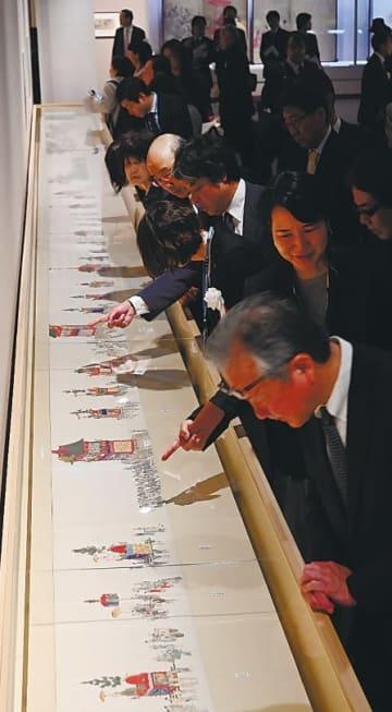 山鉾巡行の様子などを緻密に描いた「祇園祭礼図巻」に見入る来場者