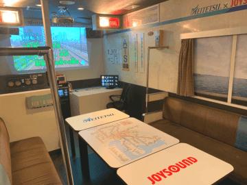 カラオケルームに名古屋鉄道の車両や駅構内の放送ブースを再現