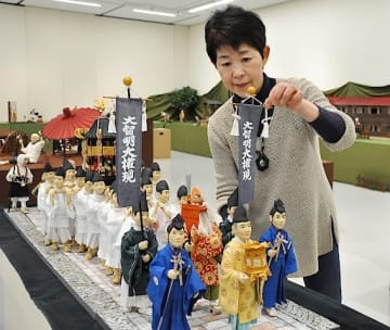 展示作業を進める人形作家の安部さん=20日、米子市美術館