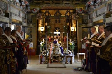 法要を行う僧侶ら
