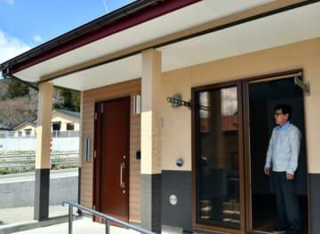 完成した災害公営住宅で新生活への思いをはせる入居者