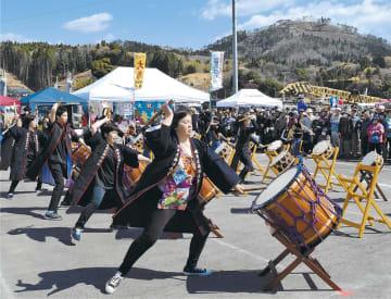 地元の郷土芸能が祭りを盛り上げた。右奥は観光名所の亀山