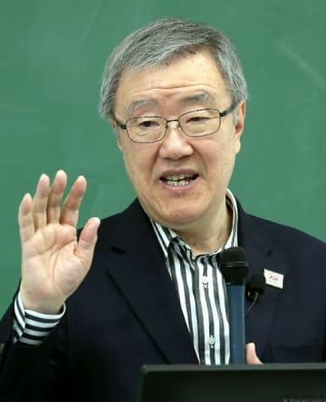 人類の歴史について話す出口治明学長=20日、立命館アジア太平洋大