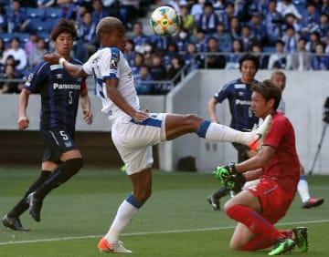 【大分―G大阪】前半25分、相手GKのクリアボールを体で押し込む大分のFWオナイウ(左から2人目)=パナソニックスタジアム吹田