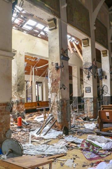 21日、スリランカの最大都市コロンボで、爆発が起きた教会の内部(ゲッティ=共同)