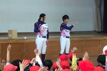 京都フローラは京都市内の児童と交流を図っている【写真提供:日本女子プロ野球リーグ】