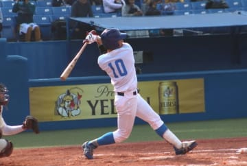七回、辻居選手が今季初本塁打を放つ。「自分がチームを引っ張っていく姿勢を示せて良かった」(撮影・石井達也)