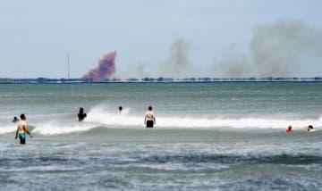 有人型ドラゴン宇宙船のエンジン噴射試験の異常で発生した煙=20日、米フロリダ州(Florida Today・AP=共同)