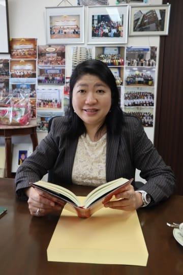「読書の楽しさを書店から広く伝えたい」と話す川崎常務=長崎市出島町、メトロ書店本社