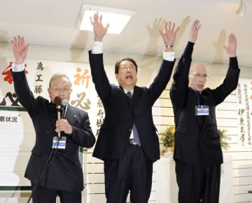 北海道函館市長選で3選を決め、万歳する工藤寿樹氏(中央)=21日夜、函館市