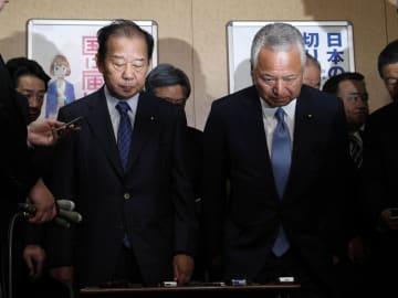 衆院選の補欠選挙の結果についての取材を終え、一礼する自民党の二階幹事長(左)と甘利選対委員長=21日夜、東京・永田町の党本部