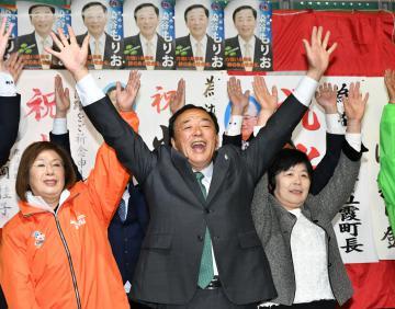 4回目の当選を果たし万歳三唱する染谷森雄氏=21日午後9時、五霞町山王山