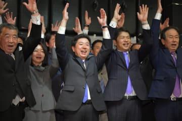 当選確実となり、万歳三唱をする高橋靖氏(中央)=21日午後8時30分、水戸市白梅、鹿嶋栄寿撮影
