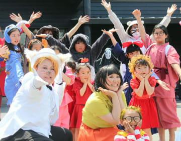 「わいわい道中行列」でにぎやかな踊りを披露=21日、由布市