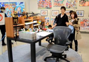 人気を集めている尾田さんの仕事机を再現した展示
