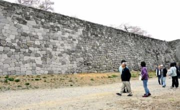 修復された石垣を見学する来場者