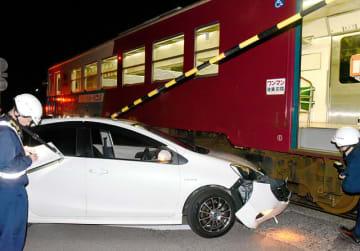 列車と衝突した乗用車=21日午前0時45分、美濃市、長良川鉄道第二松森街道踏切