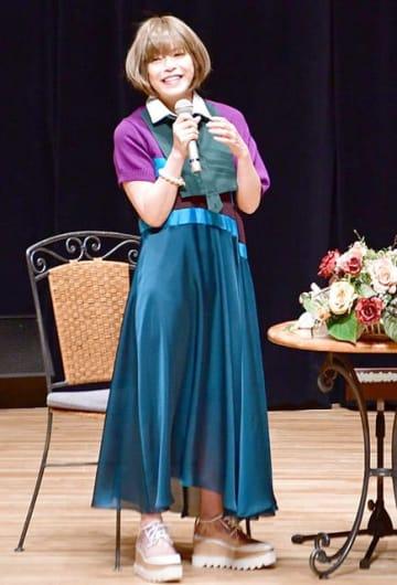 NHK連続テレビ小説「半分、青い。」や古里について語る北川悦吏子さん=羽島市竹鼻町丸の内、不二羽島文化センター