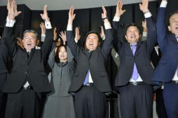 水戸市長選で3選を決め、万歳する高橋靖氏(中央)=21日夜、水戸市