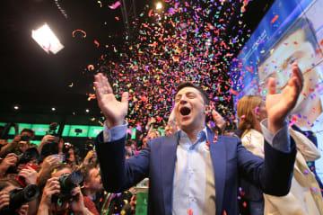 21日、キエフの選対本部で、出口調査の結果に喜ぶゼレンスキー氏(ロイター=共同)