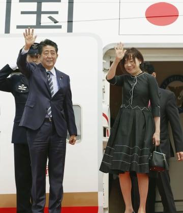 欧米歴訪のため、羽田空港を出発する安倍首相と昭恵夫人=22日午前