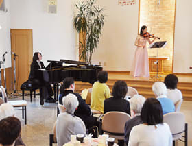 ピアノやバイオリン、ビオラ演奏で、癒やしの時間を過ごした「イースター・音楽カフェ」