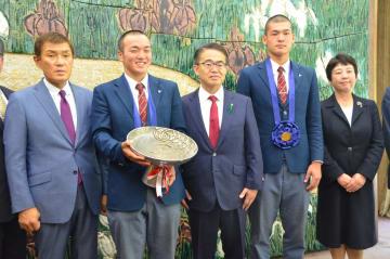 大村秀章愛知県知事(中央)を表敬訪問した、東邦高の森田泰弘監督(左端)、石川昂弥主将(右から2人目)ら=22日午前、名古屋市