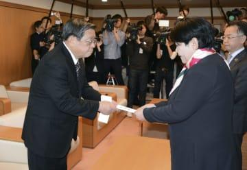 堺市の市議会議長(右)に辞職願を提出する竹山修身市長=22日午後、堺市役所