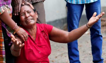 21日、スリランカ最大都市コロンボで、犠牲者の死を嘆く親族(ロイター=共同)