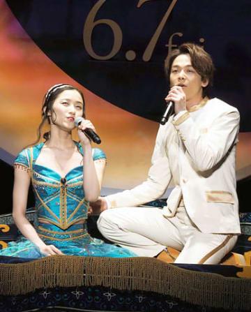 映画「アラジン」のイベント「ホール・ニュー・ワールドお披露目イベント」で「ホール・ニュー・ワールド」を歌う木下晴香さん(左)と中村倫也さん