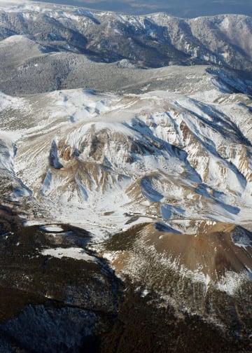 山形、福島両県にまたがる吾妻山=2015年