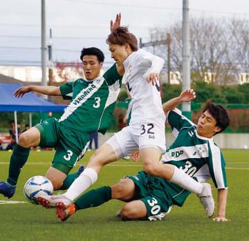 相手と競り合う興膳和希選手(中央)=同チーム提供