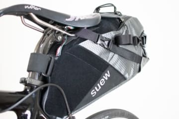 suew「VF1」機能を絞り込んだ上面開口型サドルバッグ発売