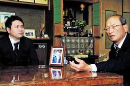 大学教員になった前中夕紀さん(左)。憧れだった先輩・下浦善弘さんの父邦弘さんに報告した=神戸市北区