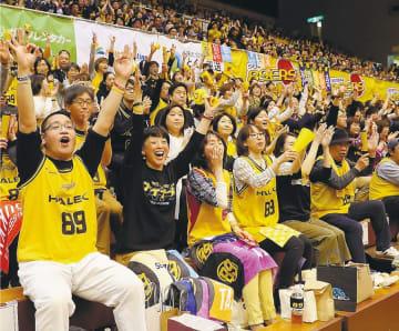 B2リーグ最終戦、仙台の選手が得点を決め盛り上がる大勢のブースター