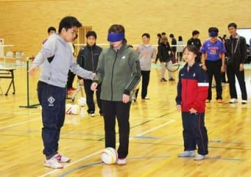 ブラインドサッカーに挑戦する参加者=21日、新潟市北区