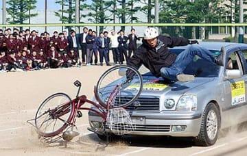 スタントマンが事故再現 高岡商業高校で教室