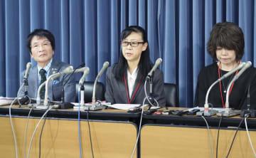 記者会見する遺族の小森美登里さん(中央)ら。左は教育評論家の尾木直樹さん=22日午後、文科省