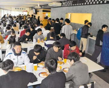 昼時は大勢の学生で混み合う。「ぼっち席」と呼ばれる立ち席も人気だ