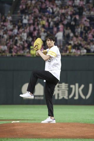 福岡ソフトバンクホークス対オリックス・バファローズの始球式を務めた鈴木伸之さん(C)フジテレビ