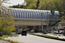 3年前、橋桁が落下した現場付近。昨年開通した新名神高速道路下の国道176号には多くの車が行き交う=22日午後、神戸市北区道場町平田